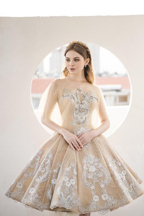4. Váy cưới ngắn ngang gốiBộ đầm diễn tả vẻ đẹp của ánh hoàng hôn với sắc vàng dịu nhẹ, giúp cô dâu có thêm sự lựa chọn về trang phục cướithay vì bị giới hạn bởisắc trắng. Thiết kế được may phồng xòe, ngang gối giúp nàng dễ di chuyển.
