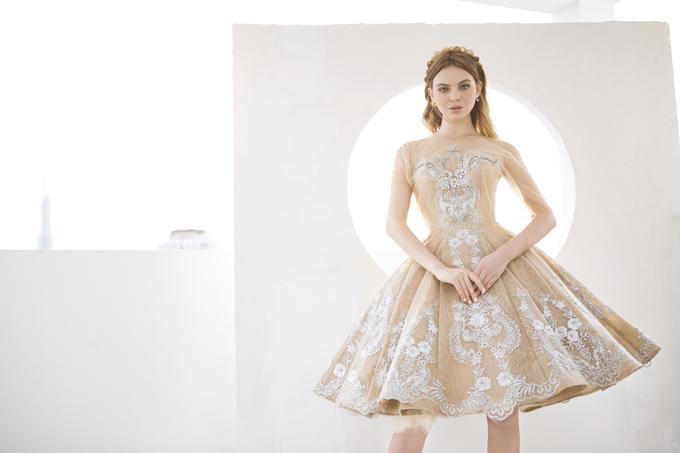 Phần thân áo được đính đá lộng lẫy và có thêm lớp áo choàng bên ngoài làm tăng vẻ kiêu kỳ của nàng trong dịp hỷ sự. Váy được bán với giá 14 triệu đồng, giá thuê là 5 triệu đồng.
