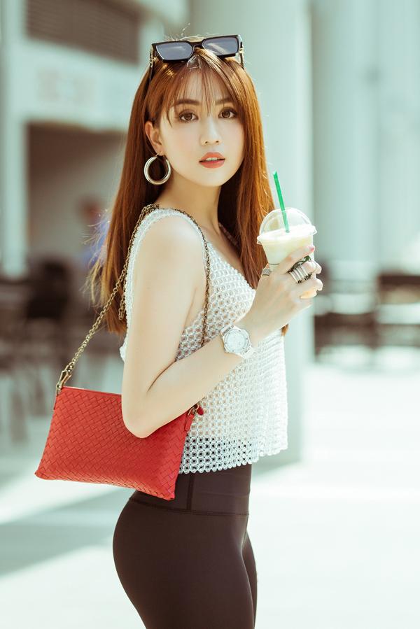 Với tiêu chí, ra đường là phải đẹp, Ngọc Trinh luôn chăm chút hình ảnh của mình một cách kỹ lưỡng. Đặc biệt với phong cách street style, người đẹp còn mong muốn là người đi trước, đón đầu các xu hướng thịnh hành trên thế giới.