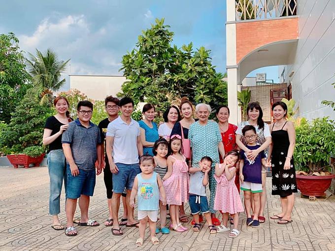 Vợ chồng Lý Hải - Minh Hà vừa đưa các con về thăm quê nội ở Tiền Giang. Minh Hà cho biết Lý Hải là con Út trong nhà nên rất được mọi người ưu ái.