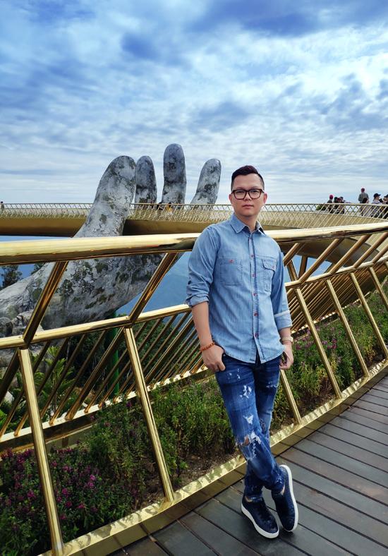 Đạo diễn Long Kan khảo sát địa điểm cây Cầu Vàng vào giữa năm 2018.