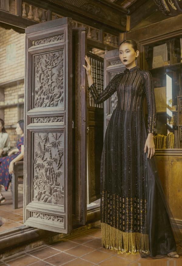 Sau khi ghi dấu ấn với bộ sưu tập Kim trình diễn trong khuôn khổ Tuần lễ thời trang Quốc tế Việt Nam hôm 12/4, Minh Châu tiếp tục giới thiệu loạt áo dài mang tính ứng dụng cao dành cho phụ nữ trung niên.