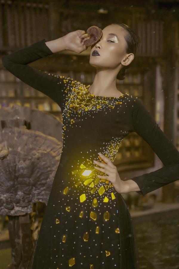 Nguồn cảm hứng sáng tạo của Minh Châu khi thiết kế các   tác phẩm này chính là người  mẹ quá cố. Anh nâng niu, chăm chút từng chi tiết, từng đường kim mũi chỉ để gửi gắm tình cảm và tôn vinh người mặc - những phụ nữ trung niên đáng kính.