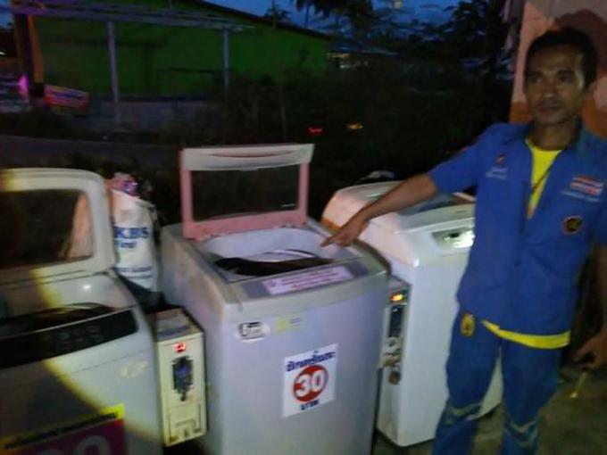 Đứa bé bị vứt bỏ trong một trong những chiếc máy giặt vận hàng bằng đồng xu ở Krabi, Thái Lan. Ảnh: ViralPress.
