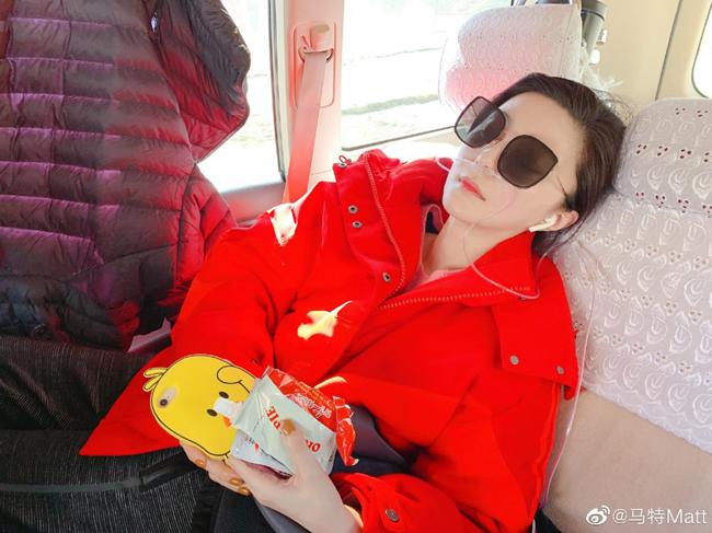 Một người dùng Weibo chia sẻ ảnh Phạm Băng Băng tới Tây Tạng làm từ thiện, nhưng tình trạng sức khỏe không tốt. Người này tiết lộ nữ diễn viên bị đổ máu cam, lợi chảy máu. Băng Băng được yêu cầu nên về Bắc Kinh để điều trị, tuy nhiên cô không nghe, vẫn tiếp tục hoàn thành chuyến từ thiện.