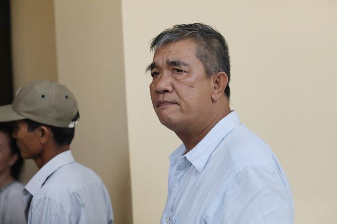 Ông Văn Kính Thái đứng đợi Văn Kính Dươngở bên ngoài phòng xét xử khi con trai được dẫn giải ra khỏi tòa sáng nay. Ảnh: Thành Nguyễn.