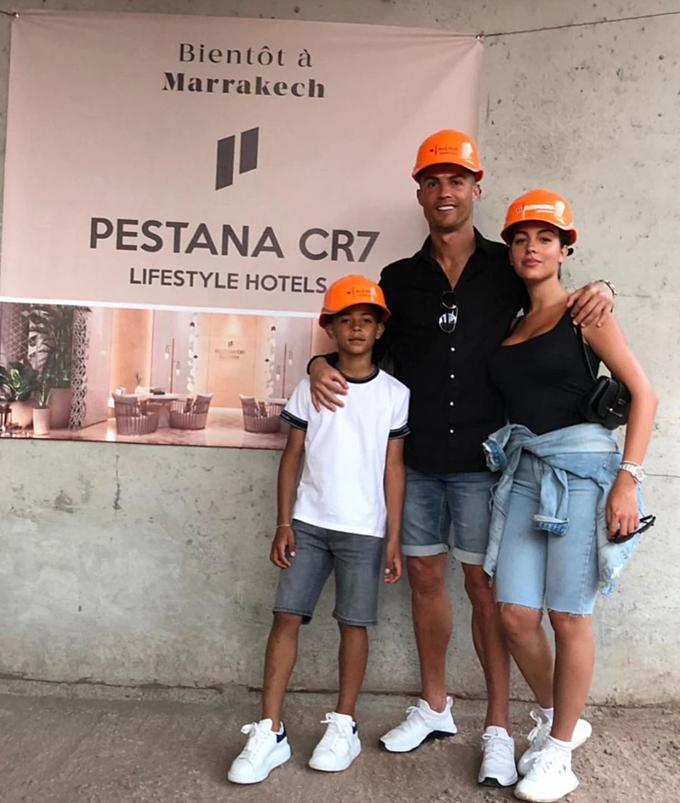 Ronaldo cùng bạn gái và con trai lớn đứng trước khách sạn ở Ma-rốc.