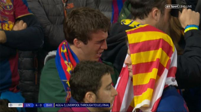 Hình ảnh fan nam Barca nức nở