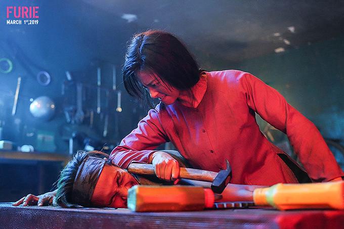 Ngô Thanh Vân hạ gục Phạm Anh Khoa trong một cảnh phim Hai Phượng.