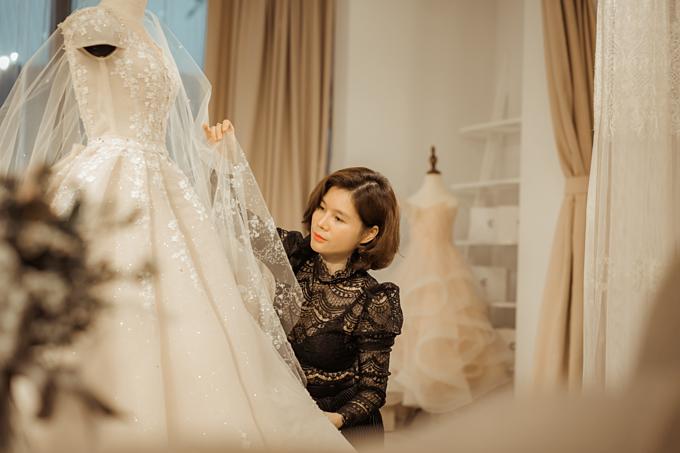 NTK Phương Linh từng thực hiện váy cưới cho Á hậu Tú Anh, Hoa hậu bản sắc Việt Thu Ngân, MC Mai Ngọc, hot girl Trinh Hoàng... và người nổi tiếng trong nhiềulĩnh vực.