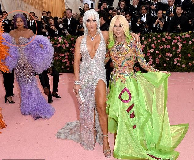 Khi J.Lo đang đứng chụp hình với nhà thiết kế Donatella Versace, Kylie đứng phía sau với ánh mắt xuyên thẳng vào nữ ca sĩ On the Floor.