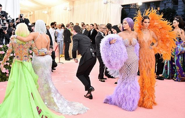 Sau đó, người đẹp 21 tuổi vẫn ngoái lại săm soi body của Jennifer khi ôm eo chị gái Kendall Jenner chụp ảnh. Kendall mải mê tạo dáng trong khi cô em lại để tâm đến chuyện khác. Không rõ Kylie ghen tị với vòng ba của J.Lo hay phải lòng chiếc váy nữ ca sĩ 49 tuổi mặc.