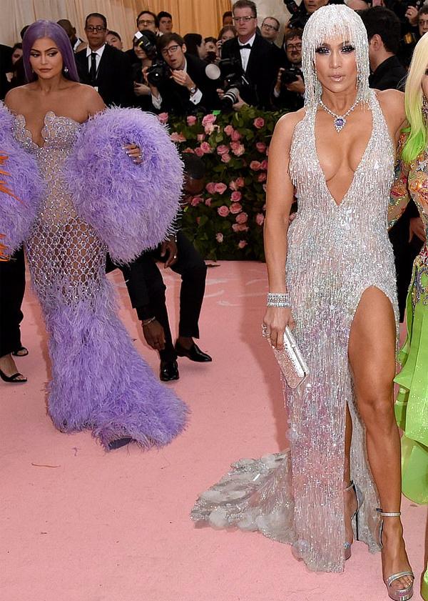Sau đêm hội thời trang Met Gala tối 6/5, một trong những hình ảnh được bàn tán rôm rả là khoảnh khắc Kylie Jenner liếc trộm vòng ba của Jennifer Lopez.