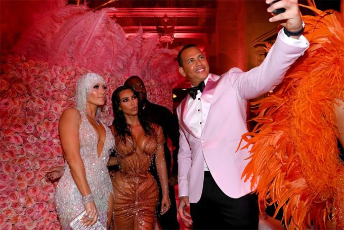 J.Lo vốn là bạn thân thiết với Kim. Bất chấp quy tắc cấm selfie của ban tổ chức Met Gala, hai cặp đôi vẫn tranh thủ làm kiểu ảnh tại một góc hành lang.