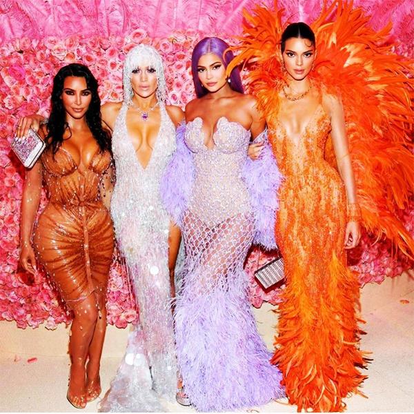 Khi vào trong hội trường, Kylie cùng các chị gái chụp ảnh với Jennifer Lopez. 4 mỹ nhân đều có đường cong hút mắt, một chín một mười.