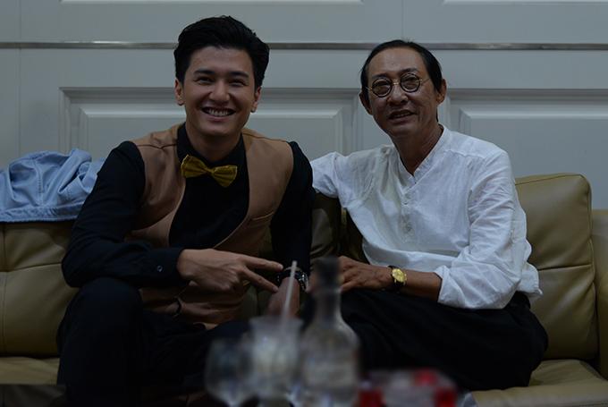 Huỳnh Anh chụp hình cùng nghệ sĩ Lê Bình trên phim trường.