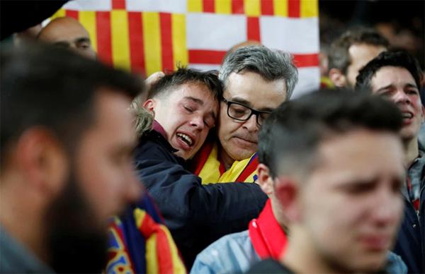 Niềm vui của các fan Liverpool cũng là nỗi buồn của CĐV Barca. Sau khi kết thúc trận đấu, rất nhiều fan đội bóng xứ Catalonia rớt nước mắt tiếc nuối, cay đắng khi lại lỡ hẹn với chung kết Champions League.