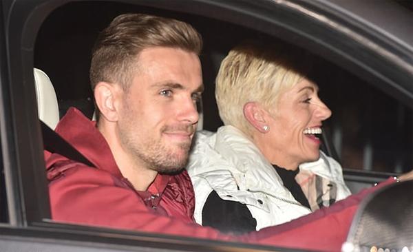 Thủ quân Jordan Henderson mỉm cười phấn chấn lái xe về nhà. Mẹ anh, bà Liz, ngồi bên cạnh