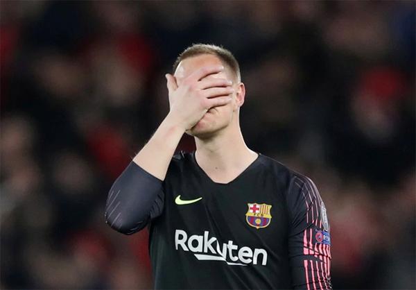 Thủ môn Ter Stegen của Barca ôm mặt thất vọng vì phải vào lưới nhặt bóng 4 lần và bị loại ở bán kết một cách đáng tiếc.