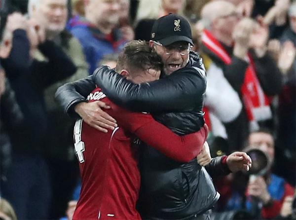HLV Jurgen Klopp vui mừng ôm thủ quân Jordan Henderson đang khóc nức nở vì sung sướng sau chiến thắng ngọt ngào.