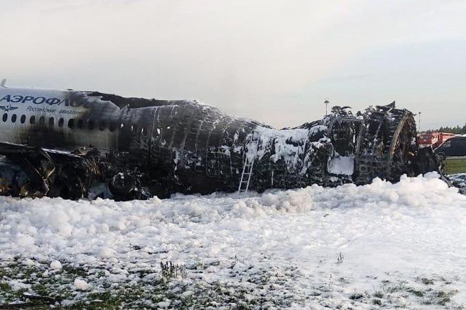 Chiếc máy bay bị cháy đen sau vụ tai nạn. Ảnh: Reuters.