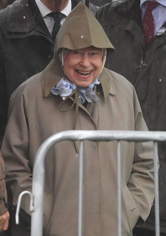 Nữ hoàng Anh đến thăm chắt trai mới sinh ở Windsor sáng 8/5. Ảnh: Max Mumby.