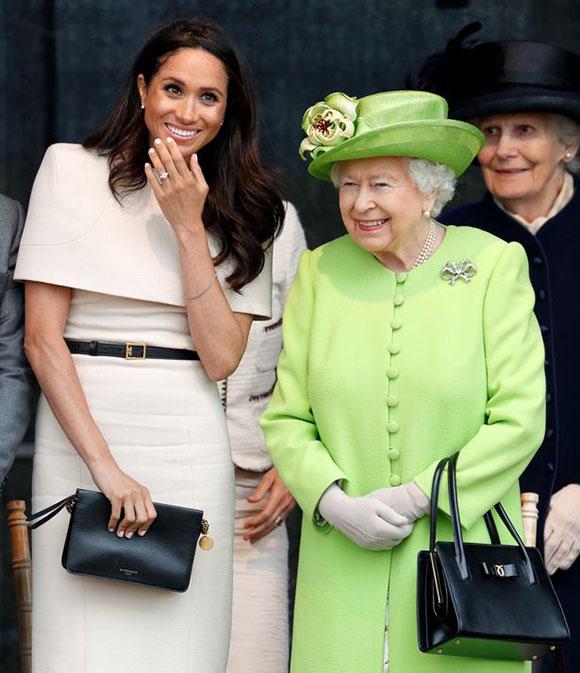 Nữ hoàng và Meghan đi thăm hạt Cheshire hồi tháng 6/2018. Ảnh: UK Press.