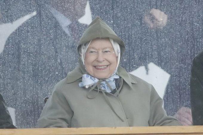 Nữ hoàng Elizabeth II vui vẻ trong cơn mưa ở Home Park, lâu đài Windsor sáng 8/5. Ảnh: Max Mumby.