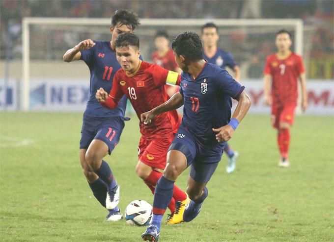 Quang Hải đi bóng trước sự truy cản của hai cầu thủ Thái Lan ở vòng loại U23 châu Á 2020, trận đấu Việt Nam giành chiến thắng với tỷ số 4-0. Ảnh: Đương Phạm.