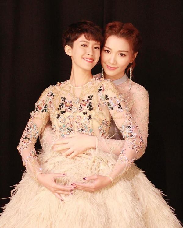 Thang Lạc Văn chụp hình thân thiết cùng Á hậu 2013 Thái Tư Bối.