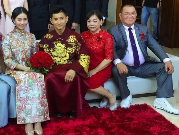 Thi Thi bên chồng và bố mẹ chồng trong ngày cưới năm 2015.