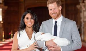 Con trai hoàng tử Harry lần đầu xuất hiện trong vòng tay bố