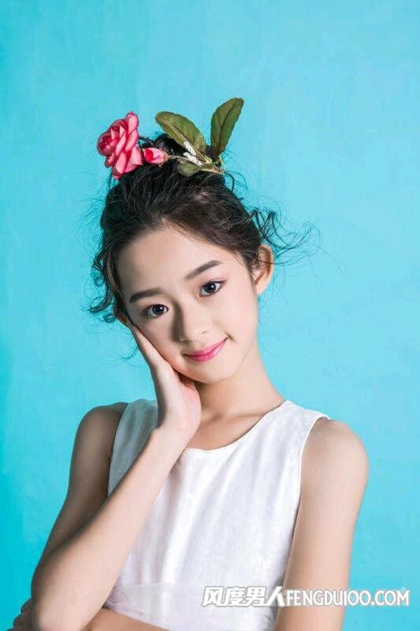 Huỳnh Dương Điền Điềm sinh năm 2007, bén duyên nghề diễn khi 10 tuổi, qua vai Sở Kiều (Triệu Lệ Dĩnh) lúc nhỏ trong phim Sở Kiều truyện, được đánh giá cógương mặt hao hao giống Triệu Lệ Dĩnh. Cô bé hiện là diễn viên thuộc công ty của Dương Mịch.