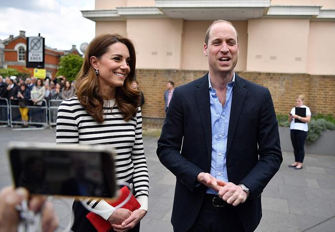 Vợ chồng William - Kate chia sẻ cảm nghĩ về cháu trai mới chào đời khi đến dự lễ khai mạcRegatta King Cup tại Cutty Sark, London hôm 7/5. Ảnh: AFP.