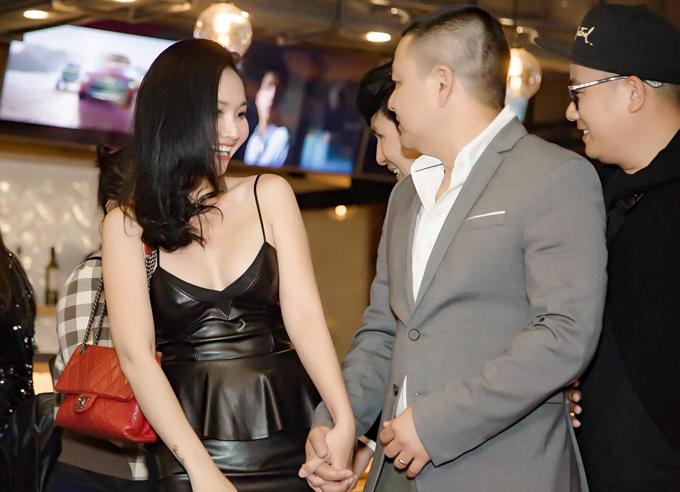 Vợ chồng Kim Hiền trốn con đi xem phim của Lý Hải lần đầu được chiếu ở Mỹ. Nữ diễn viên nắm chặt tay ông xã không rời.