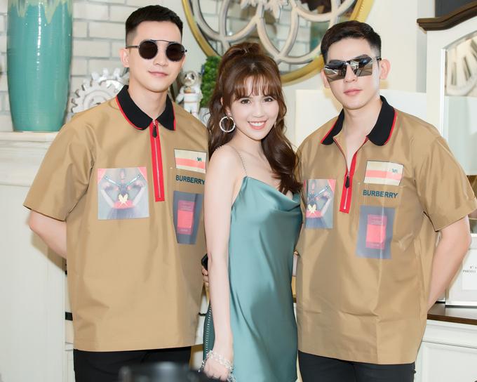 Mỹ nhân Vòng eo 56 rất vui khi gặp gỡ hai đàn em thân thiết là người mẫu Võ Cảnh (trái) và ca sĩ Minh Trung.