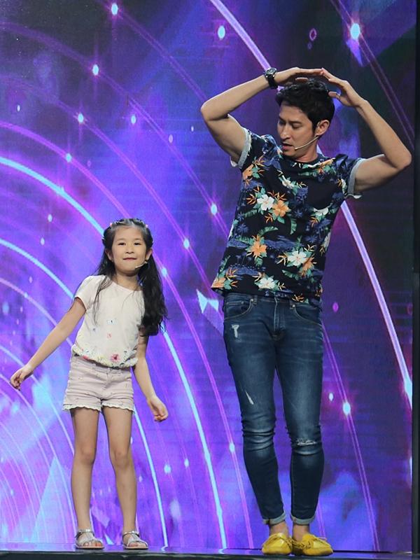 Huy Khánh dẫn theo con gái - bé Cát tham gia số đầu tiên của chương trình. Hai bố con múa phụ họa theo bài hát