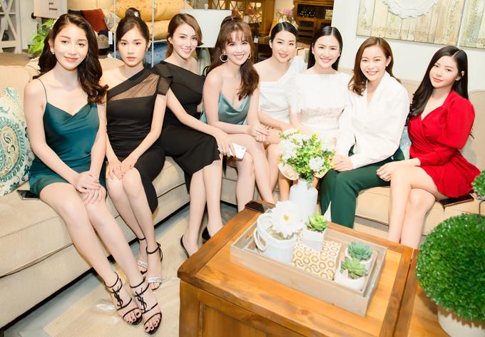 Từ trái qua: dàn người đẹp gồm chân dài Ploy, Quỳnh Hương, Lê Hà, Ngọc Trinh, Minh Thư, Tường Vy, Hải Dương và Hoàng Dung đua sắc trước ống kính.