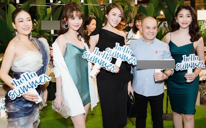 Ngọc Trinh và đồng nghiệp chúc mừng doanh nhân Dương Quốc Nam (thứ hai từ phải qua)mở cơ sở kinh doanh nội thất mới.