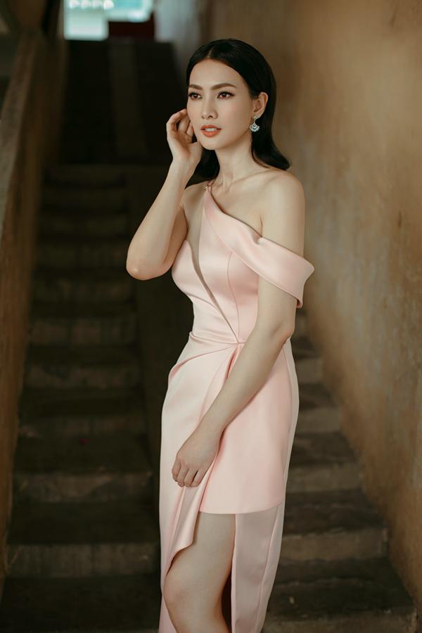 Vào đầu mùa hè 2019, khi tham gia các sự kiện của làng thời trang và giải trí Việt, người mẫu Anh Thư luôn chọn các mẫu váy của Nguyễn Hà Nhật Huy để chưng diện.