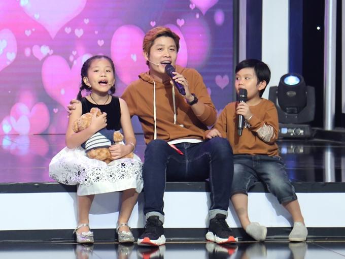 Gia đình nhạc sĩ Nguyễn Văn Chung dẫn  hai bé Kim Anh