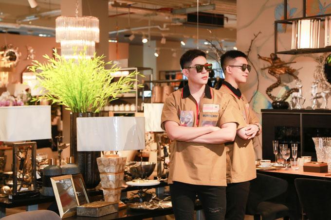 Vừa qua, Minh Trung còn được bổ nhiệm giữ vai trò Giám đốc quốc gia của  Mister Supranational Vietnam. Trong khi đó, Võ Cảnh sau màn debut thành  công trên sân khấu Hàn Quốc cũng đang ra sức tập luyện thêm về thanh  nhạc, vũ đạo nhằm sớm gửi đến người hâm mộ những sản phẩm chỉn chu, chất  lượng.