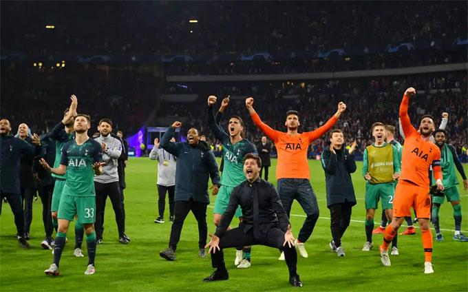 Các cầu thủ trẻ Ajax đổ rạp xuống sân sau trận thua nghiệt ngã - 6