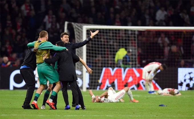Các cầu thủ trẻ Ajax đổ rạp xuống sân sau trận thua nghiệt ngã - 4
