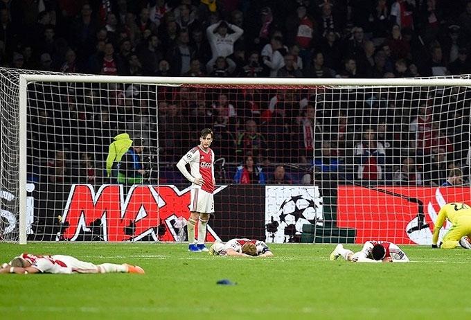 Ngay sau đó, tiếng còi kết thúc trận đấu của trọng tài vang lên. Cầu thủ Ajax đổ gục xuống sân nếm trải nỗi buồn thua trận.