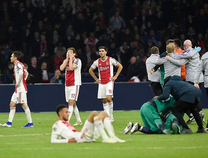 Các cầu thủ trẻ Ajax đổ rạp xuống sân sau trận thua nghiệt ngã - 5
