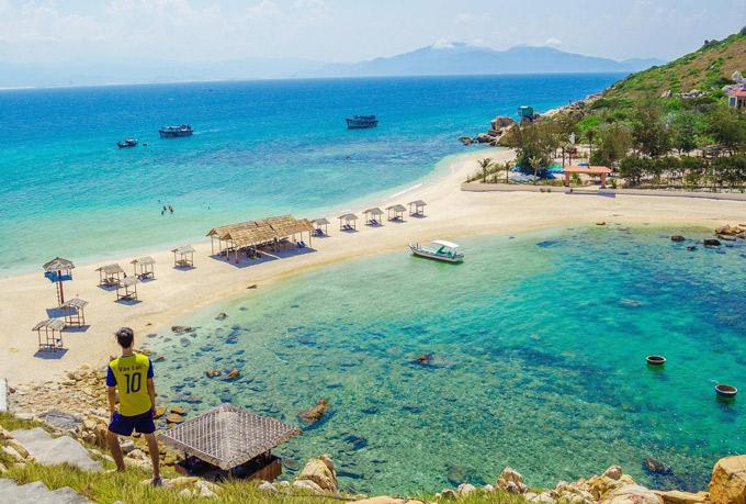 Bãi tắm đôi ở Hòn Nội (Nha Trang) với hai bãi biển chung một bờ cát.