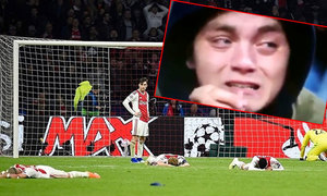 Các cầu thủ trẻ Ajax đổ rạp, khán giả khóc như mưa