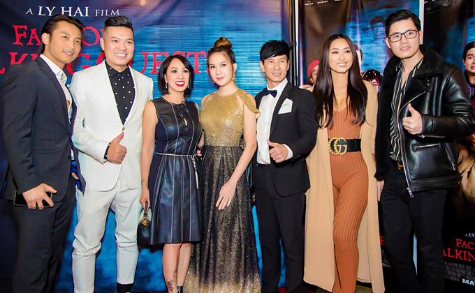 Đan Nguyên (ngoài cùng bên trái) và đạo diễn Cường Ngô (vest trắng) mặc bảnh bao chụp ảnh cùng vợ chồng Lý Hải, người mẫu Quỳnh Thy (mặc jumpsuit) và bạn bè tại buổi chiếu phim.