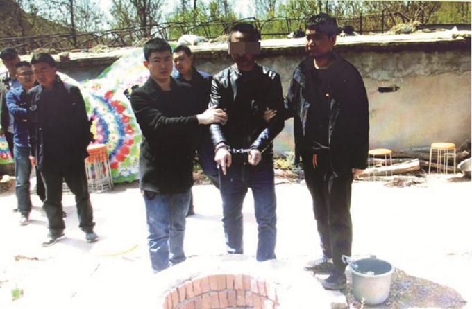 Zhang chỉ nơi giết hại Li hôm 28/4. Ảnh: Weibo.